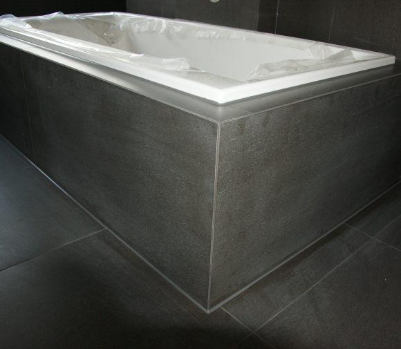 Badewanneneinfassung und Boden aus gleichem Material